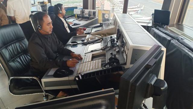 Petugas ATC Bandara Internasional Juanda, Sidoarjo, Jawa Timur