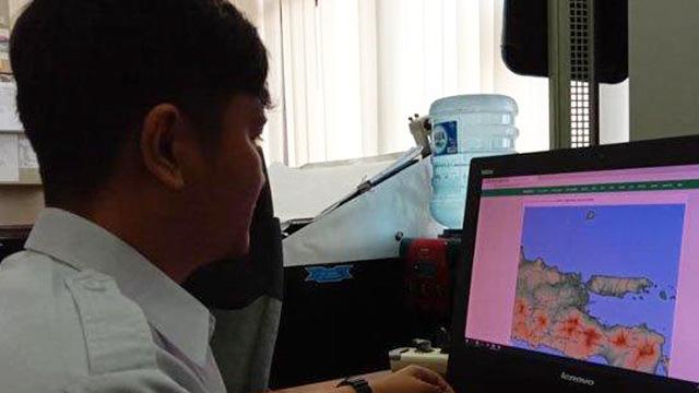 Prakirawan cuaca BMKG Juanda, Rendy Irawadi saat memantau kondisi cuaca