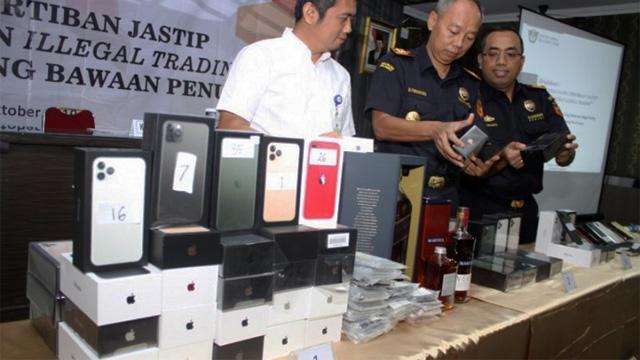 Petugas Bea Cukai Bandara Juanda menyita iphone seri 11 dari pelaku bisnis jastip