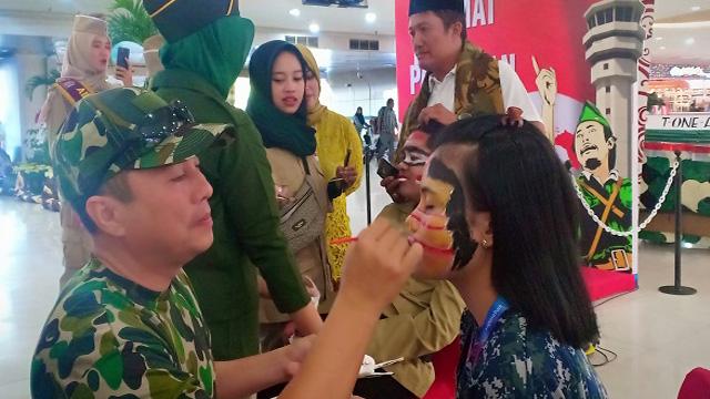 Puluhan petugas Bandara Internasional Juanda mengikuti lomba face painting
