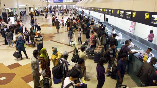 Para wisatawan melakukan check in di Bandara Juanda