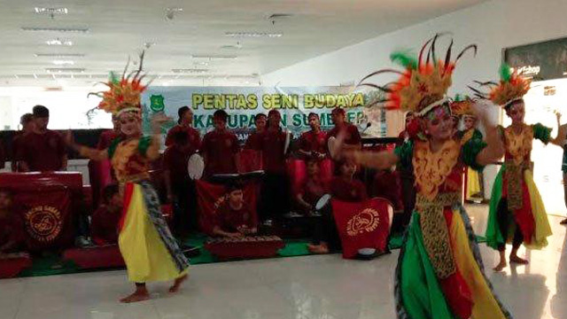 Pertunjukan Musik Daul Khas Sumenep di Terminal 2 Bandara Juanda