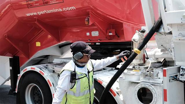 Petugas sedang mengisi bahan bakar pesawat terbang