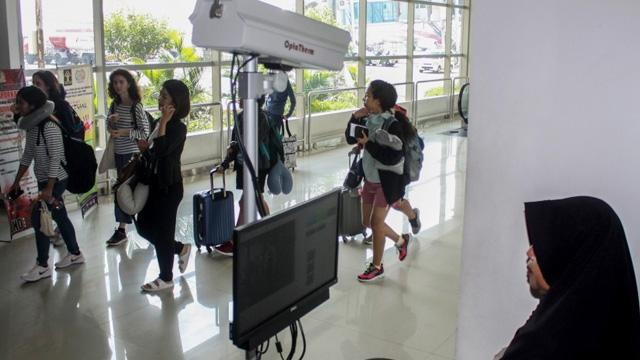 Pengawasan Penumpang Bandara Juanda - republika.co.id