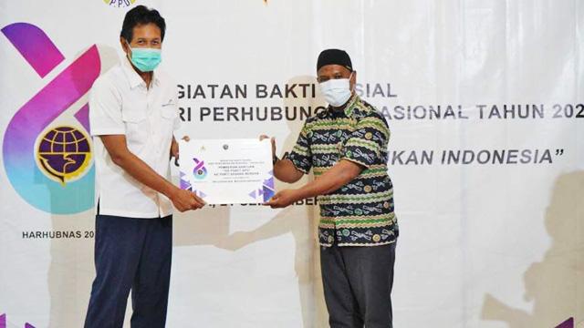 PT Angkasa Pura I (Persero) menyerahkan bantuan berupa 100 paket alat pelindung diri (APD) - ap1.co.id